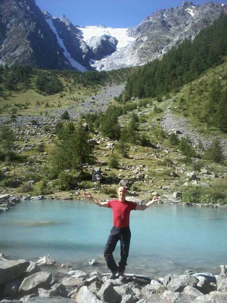 François dans la posture de l'arbre en montagne