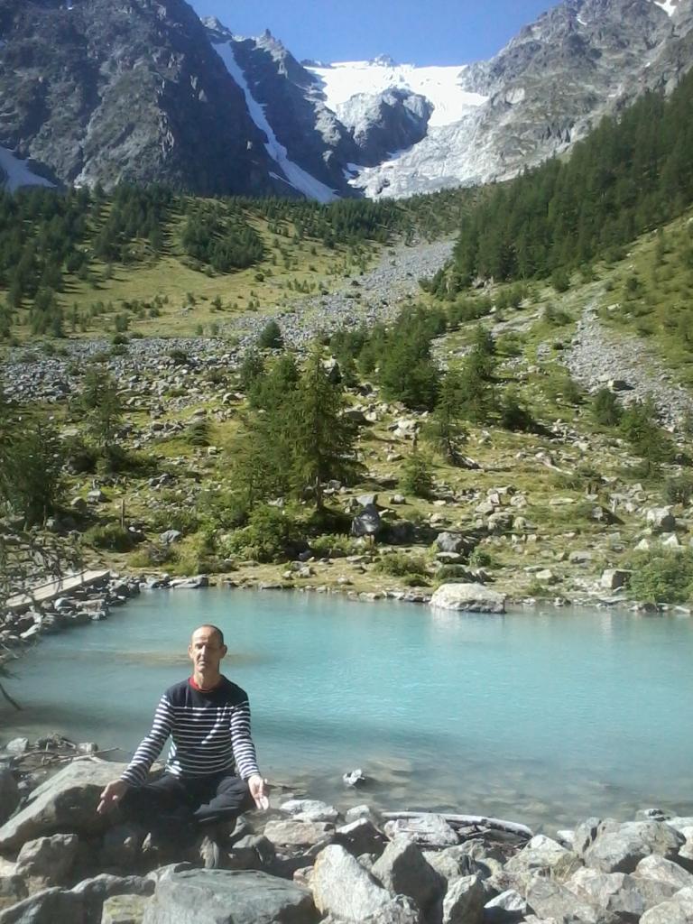 François médite dans les montagnes