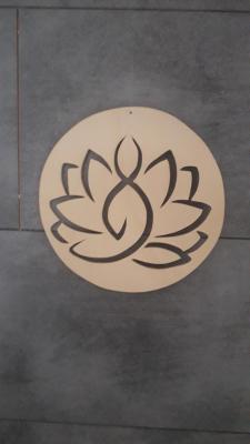 Yogini posee en lotus